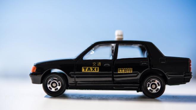 フリーランスの交通費は顧客に請求するか、経費にするか